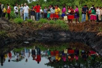 Comunidad-de-Guanta-se-refleja-en-una-piscina-de-petróleo-abandonada-por-Texaco